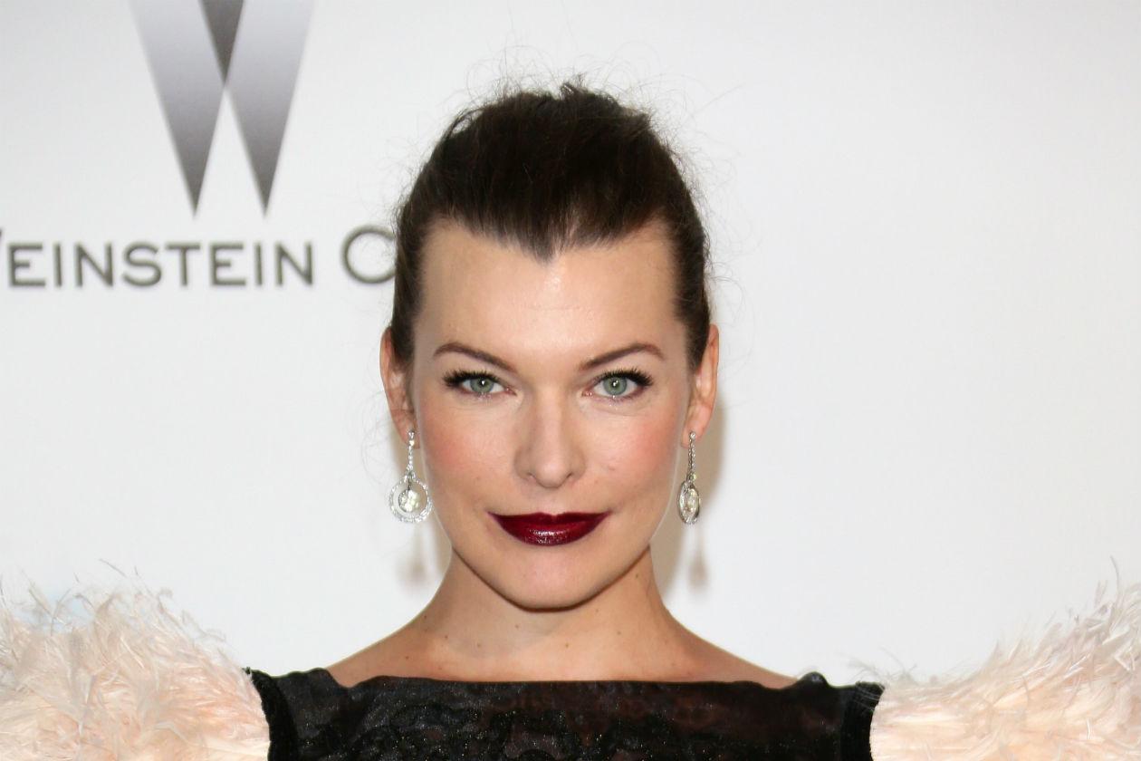 Rosso più scuro per Milla Jovovich