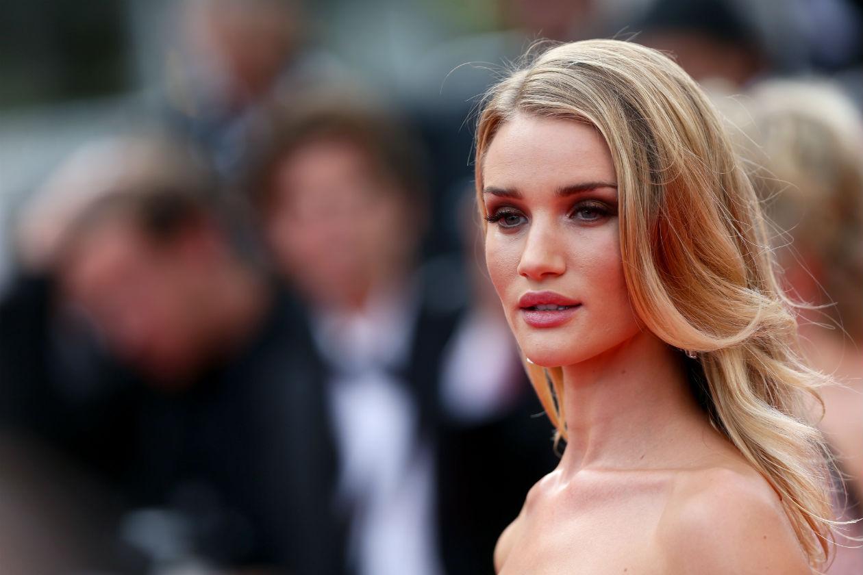 Rosie Huntington-Whitele è in assoluto tra le star più eleganti di questa edizione di Cannes