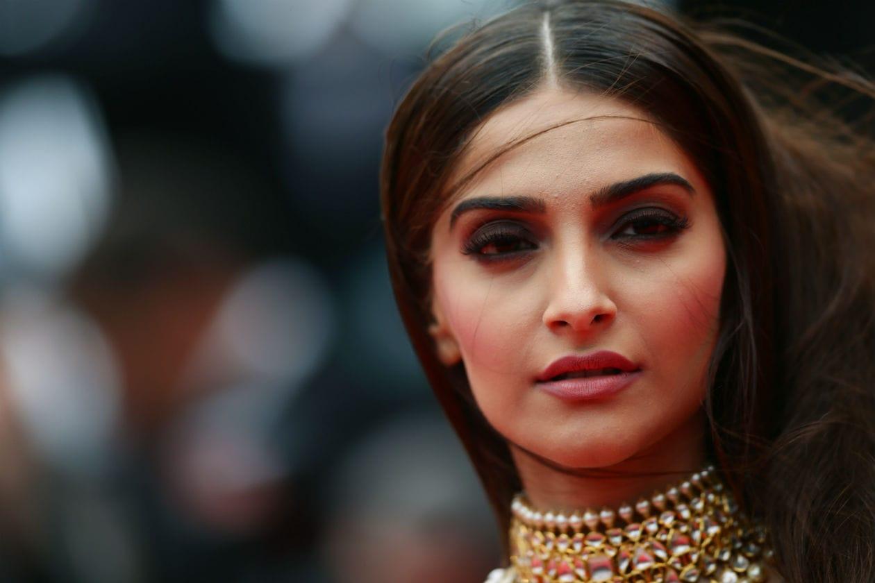 """Sopracciglia in evidenza per Sonam Kapoor sul red carpet di """"Foxcatcher"""""""