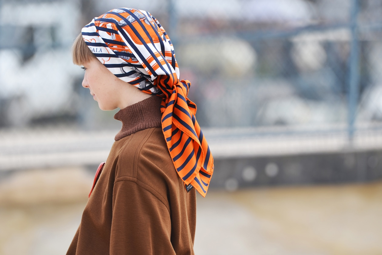 Foulard, tendenza on the street: ecco come indossarlo