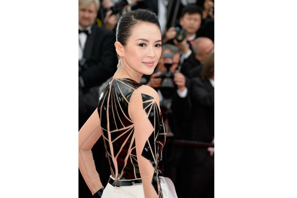 Zhang Ziyi, invece, opta per una riga nera: abbinata al mascara e al rossetto rosa regala all'attrice cinese un finish di eleganza iperfemminile