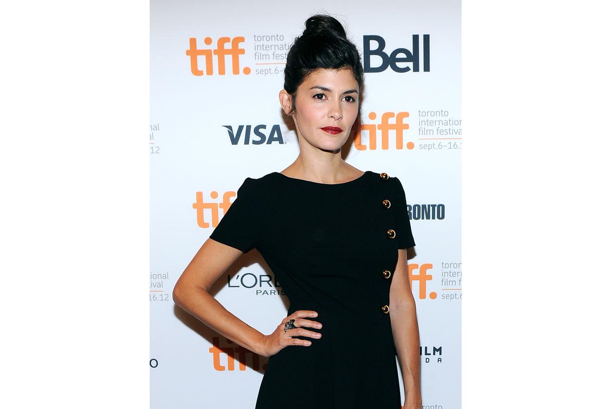 Chignon alto e total look nero: Audrey in versione très chic (2012)