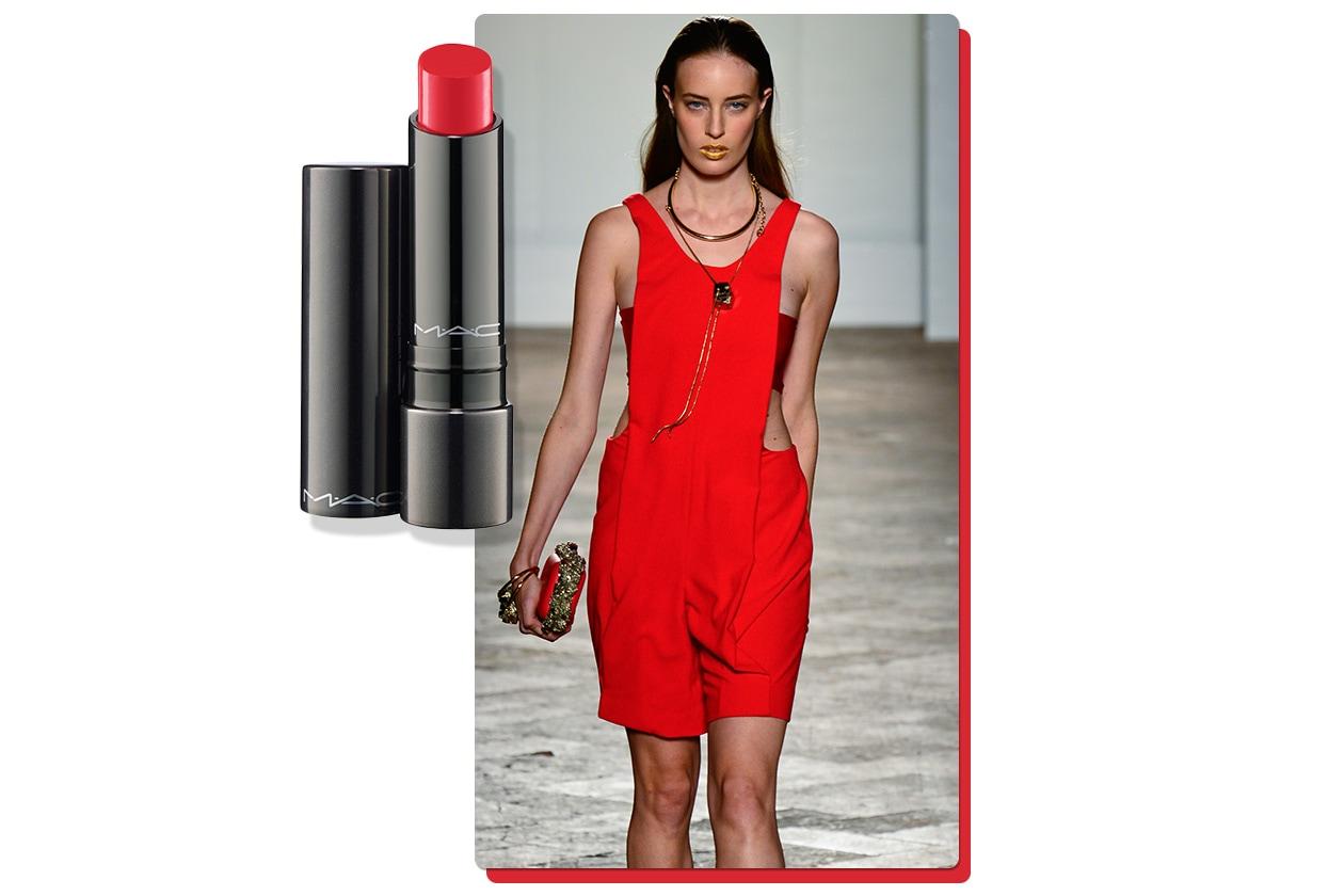 L'Huggable Lip Color in Fashion Force di MAC Cosmetics è perfetto con la salopette monocolore di Aigner