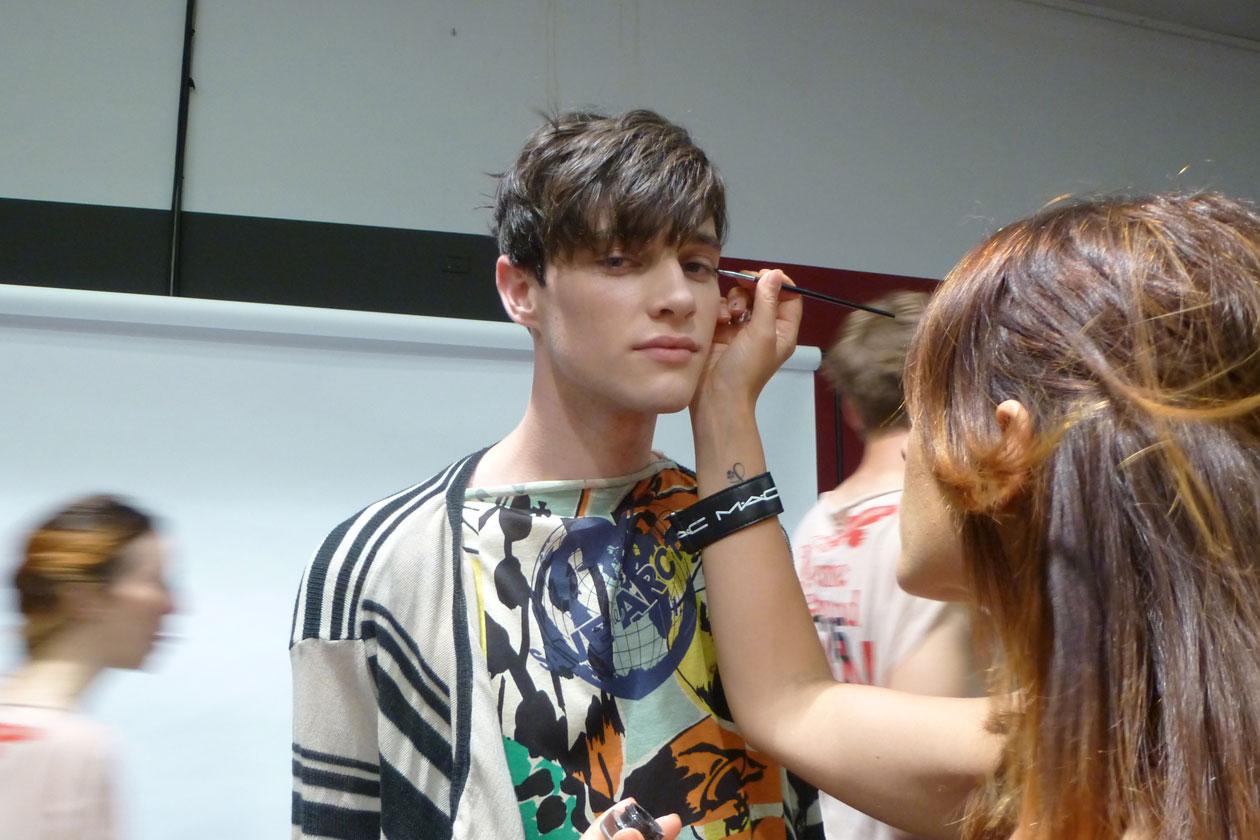 Linee nere e pelle naturale per il make up curato da Michele Magnani Senior Artist MAC Cosmetics