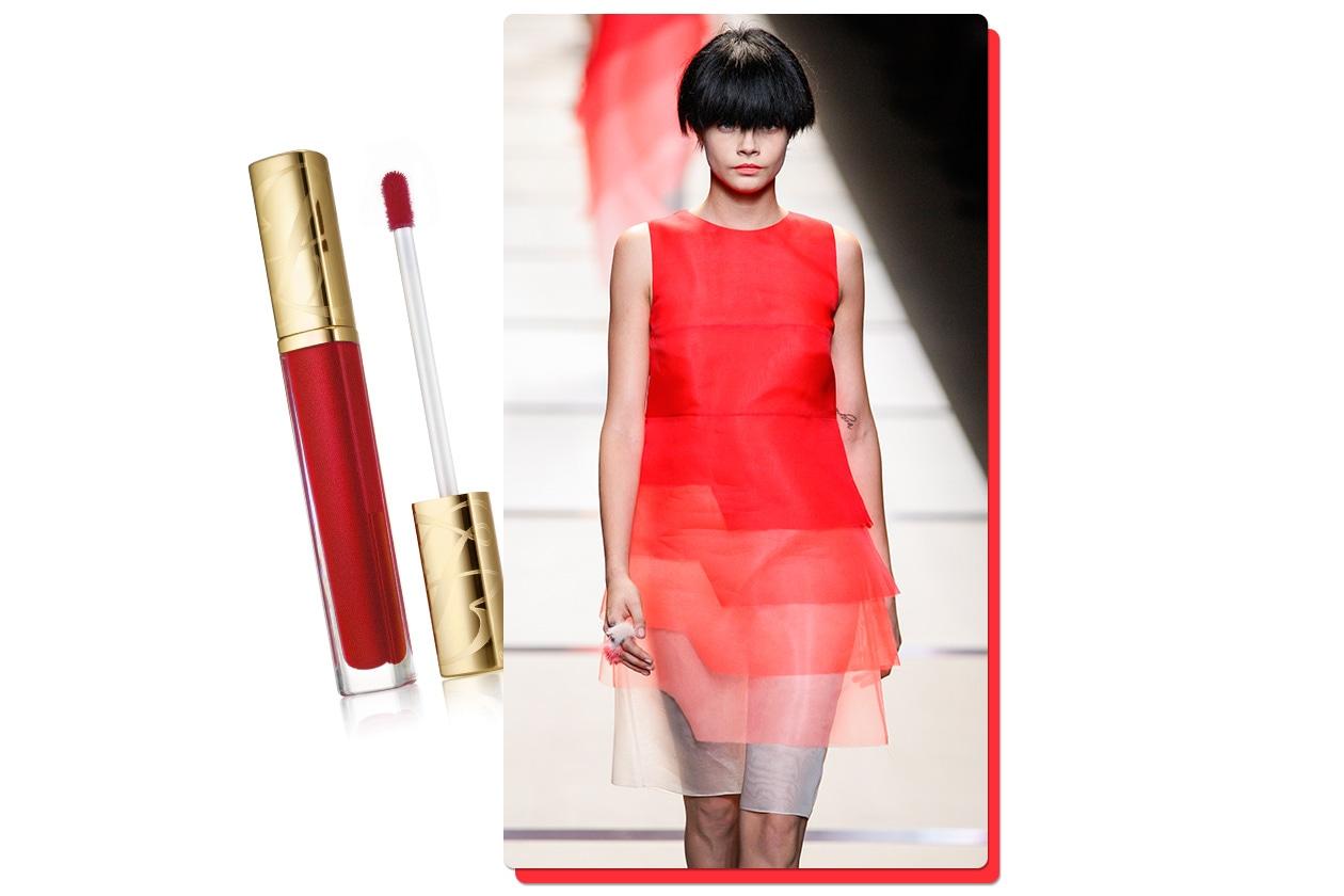 Per chi ama i pezzi unici c'è il vestito di Fendi. Sulle labbra il Pure Color High Intensity Lip Lacquer in Hot Cherry di Estée Lauder