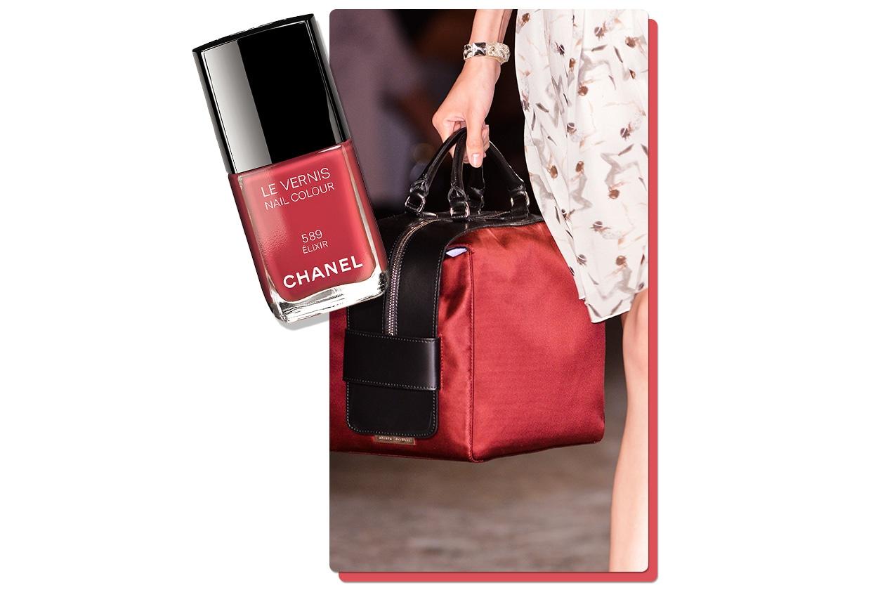 """RED HANDS: Les Vernis Nail Colour in Elixir di Chanel è un must have per le red addicted. La borsa """"cubo"""" è di Andrea Incontri"""