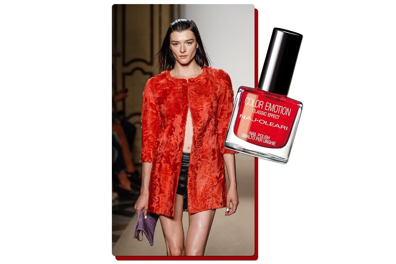 Rosso papavero con la lacca Color Emotion in Papavero di Naj Oleari. Stessa tonalità per il coat di Simonetta Ravizza)