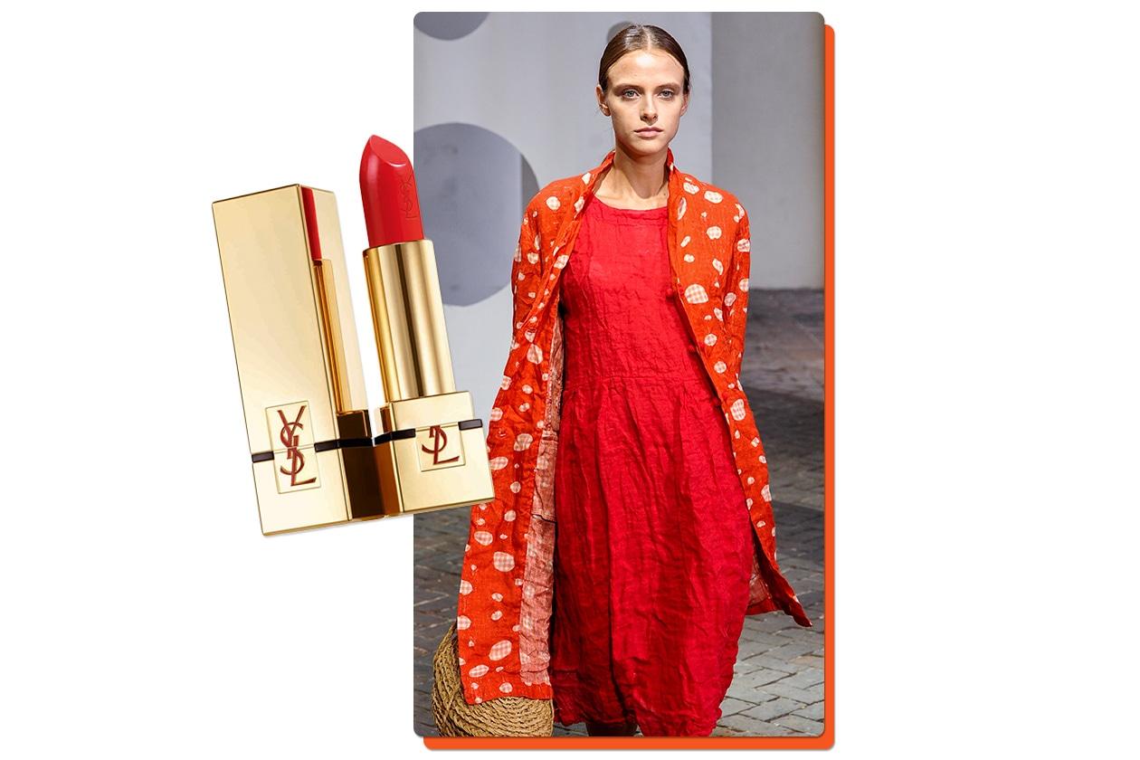 Rosso sui toni dell'arancio per il capospalla di Daniela Gregis; è abbinato al Rouge Pur Couture in Le Orange di Yves Saint Laurent