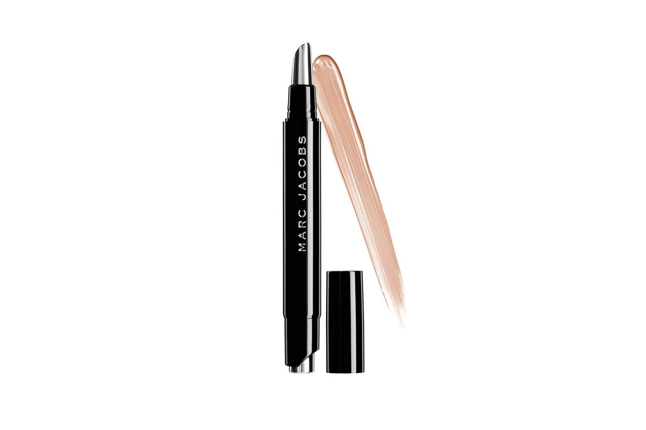 Un prodotto che è gia un must have il Remedy Concealer Pen in Last Call di Marc Jacobs Beauty: corregge, idrata, toglie i segni della stanchezza e illumina