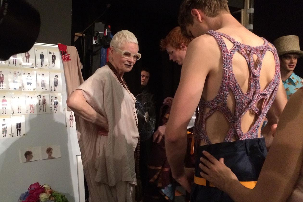 Vivienne Westwood controlla i look prima della sfilata