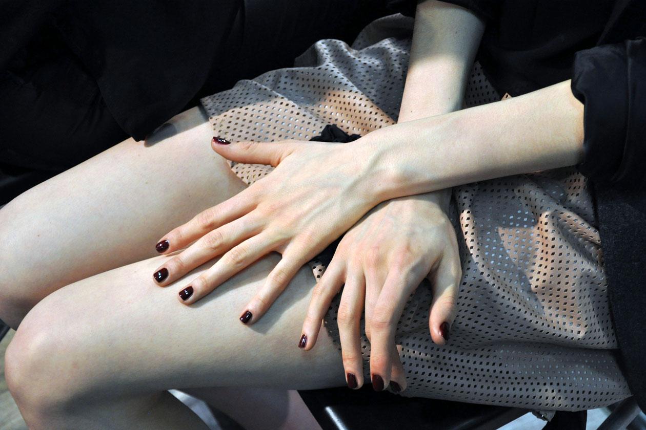 «A true black in red» è la manicure firmata da Keri Blair per MSGM: la nail artist ha mixato la nuance Vintage Vamp di MAC con uno smalto blu brillante