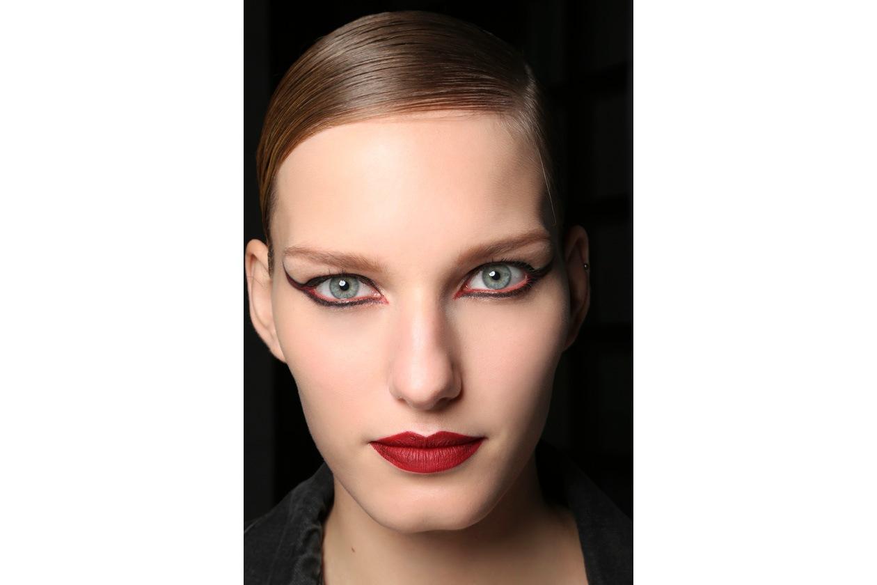 Anni Venti. Nell'epoca del cinema muto, la linea nera dell'eyeliner, con le ciglia finte, era l'essenza del make-up delle dive (Moschino)