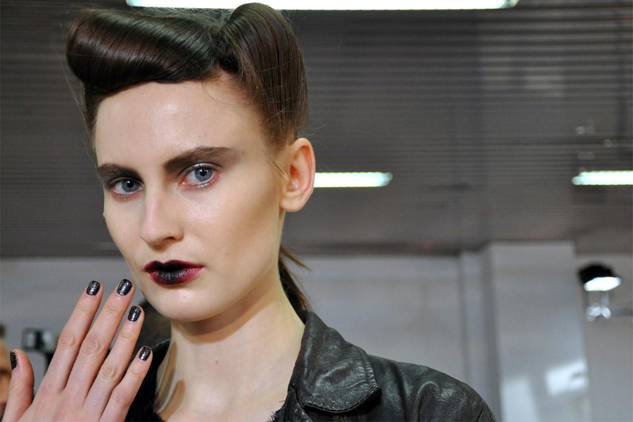 Antonio Marras immagina una donna a tinte scure sia per la manicure sia per il beauty look