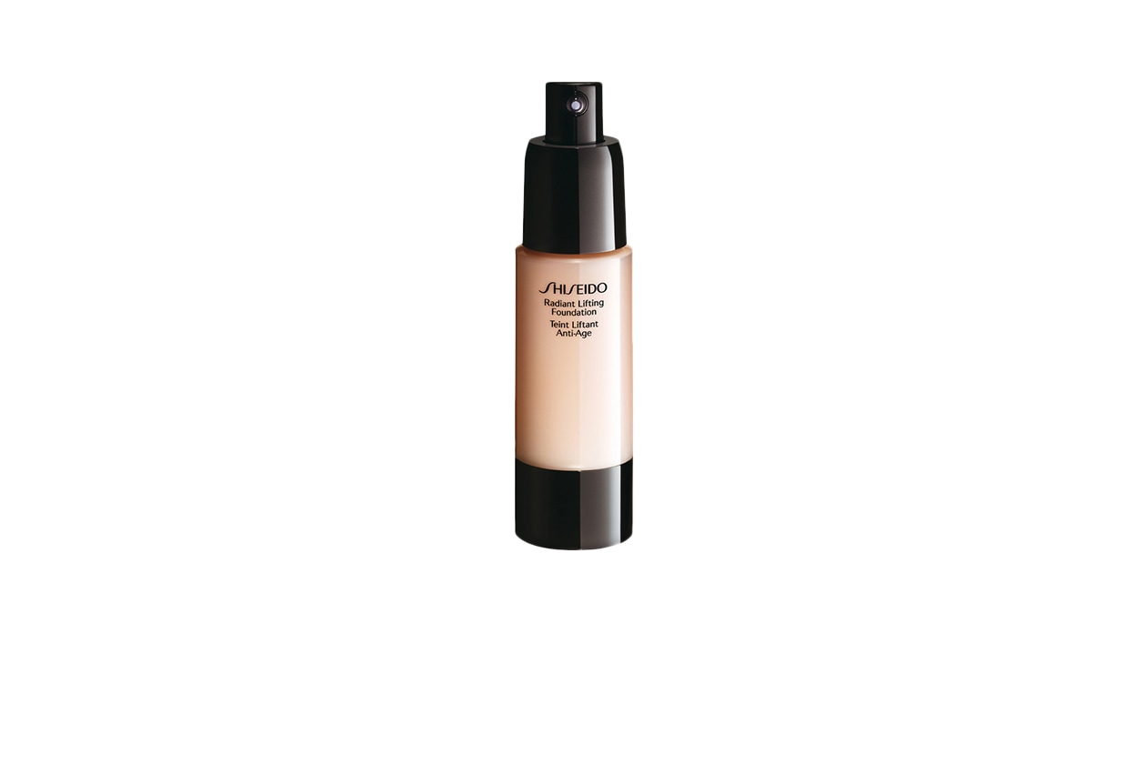 BEAUTY Nicola Peltz beauty Shiseido Fondotinta Radiant Lifting Foundation