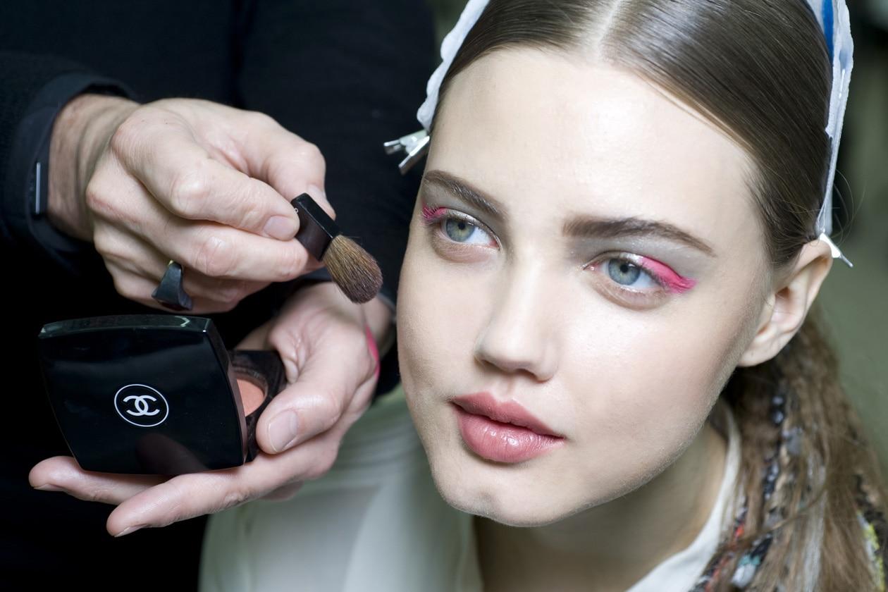 COLOR POP: lo sguardo si fa colorato con eyeliner e glitter dalle sfumature pop (Chanel)