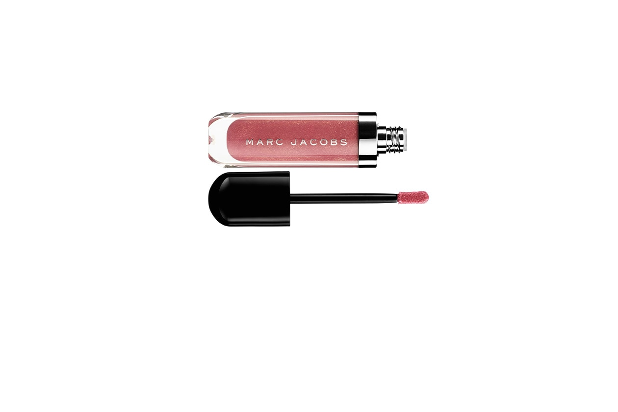 Il Lust for Lacquer Lip Vinyl in Kissability di Marc Jacobs Beauty è sheer