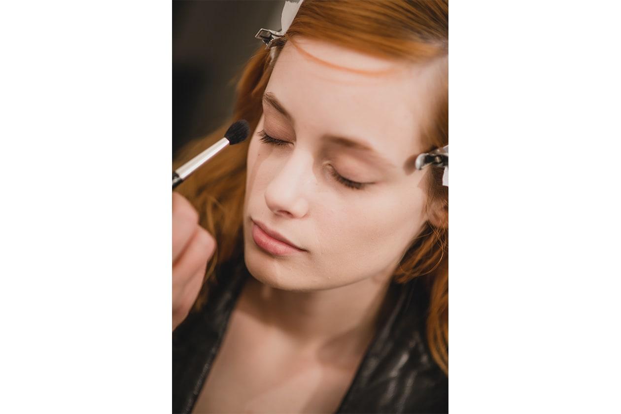 Il make up di Trussardi è molto naturale: l'illuminante valorizza tutta la zona del contorno occhi