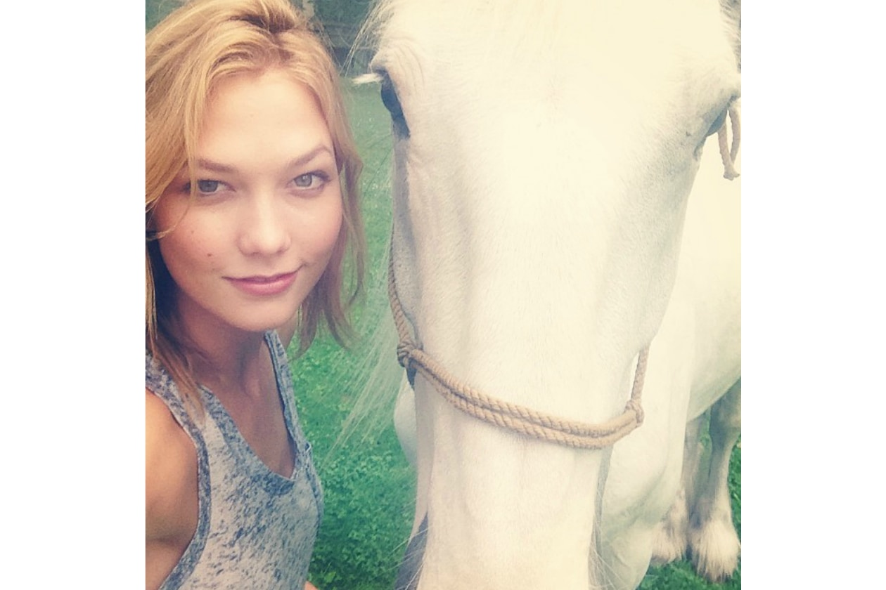 Karlie Kloss capelli più biondi che mai