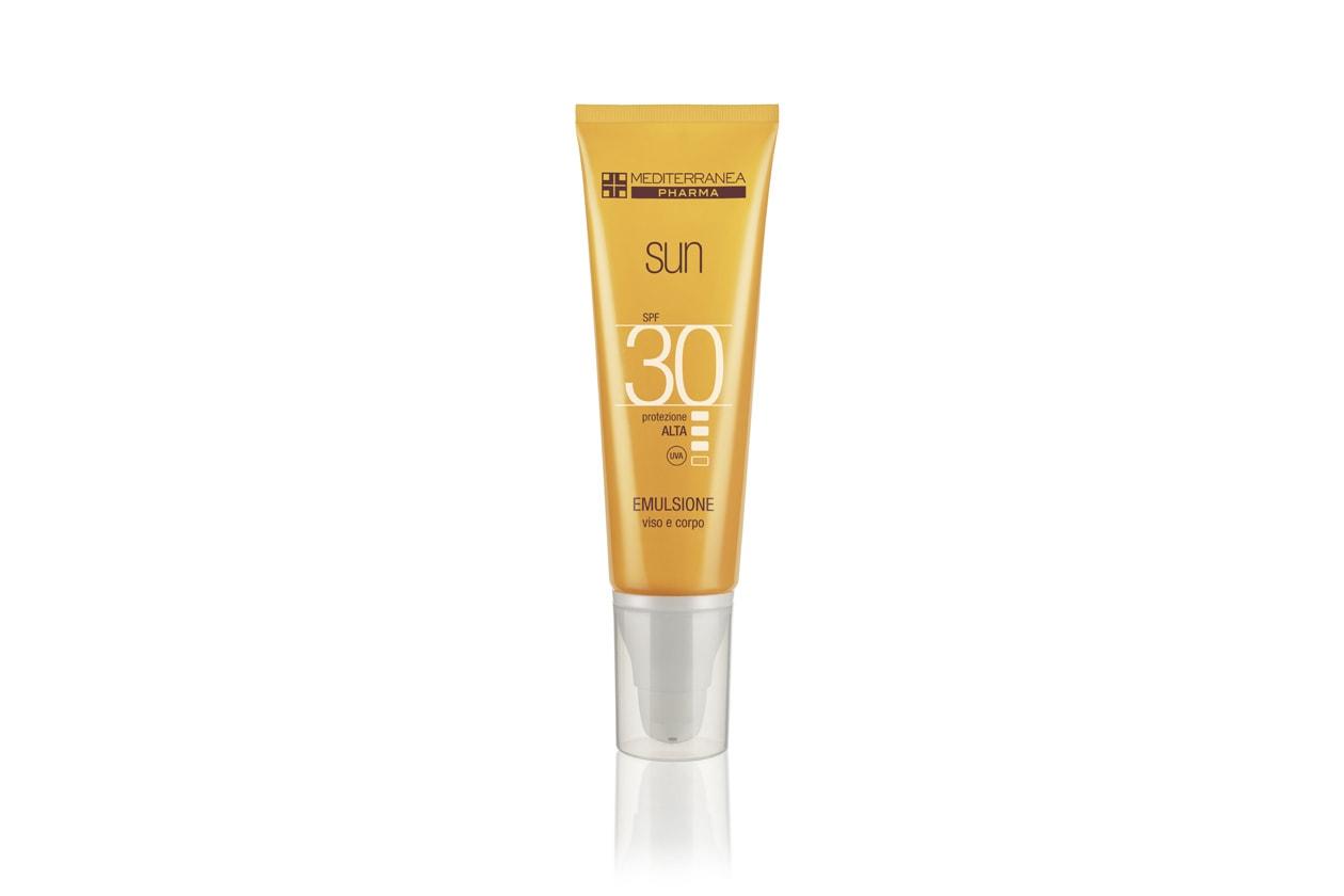 L' Emulsione Viso Corpo SPF 30 di Mediterranea protegge dai raggi infrarossi, contrasta l'invecchiamento cutaneo e favorisce l'abbronzatura