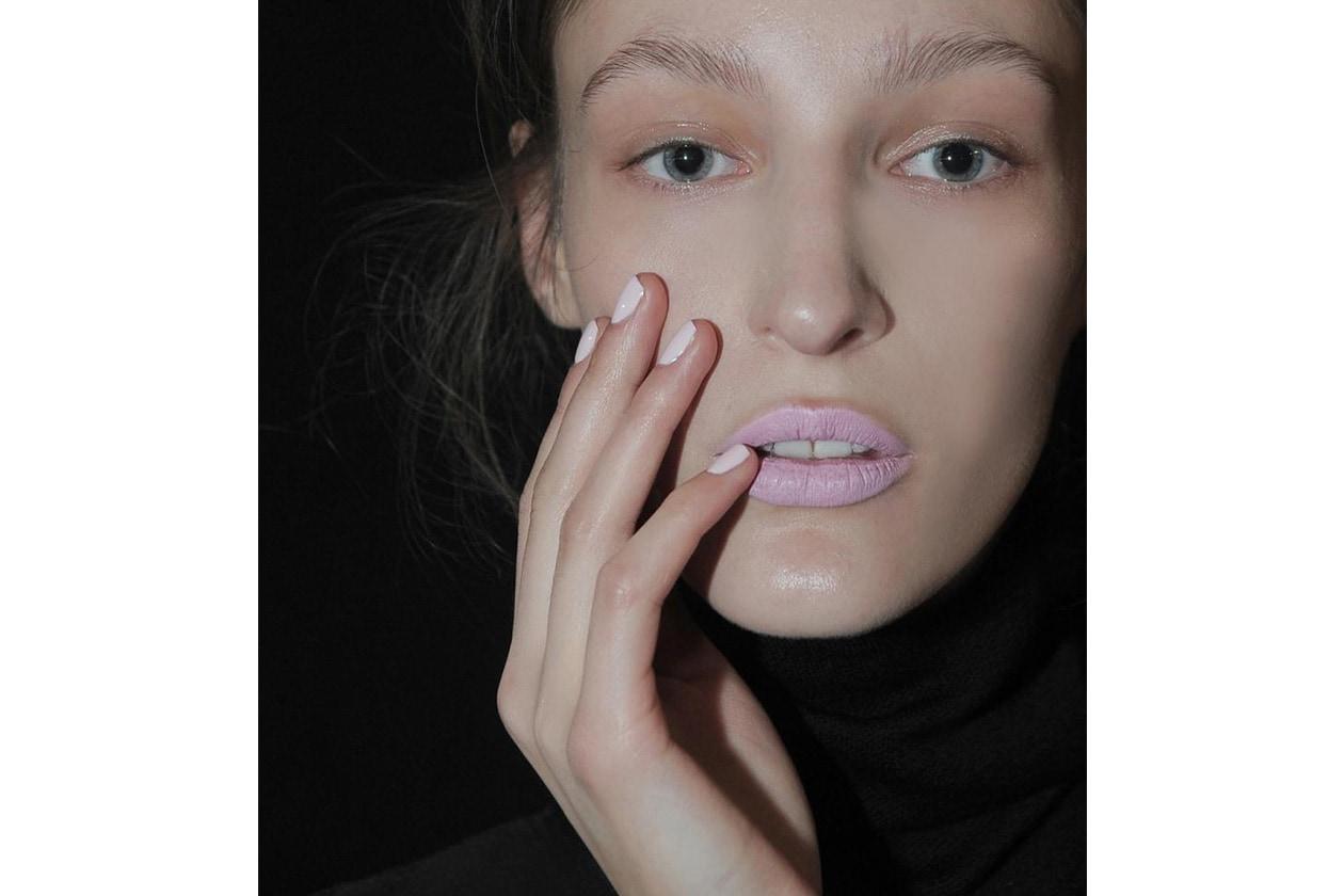 Le unghie delle modelle di Gabriele Colangelo sono vestite con la tonalità I'm Charmed di Morgan