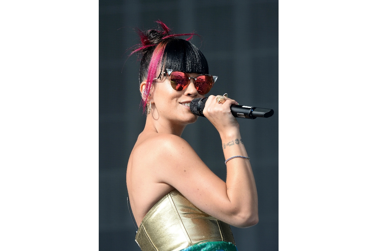 Lily Allen capelli: a touch of color in the dark