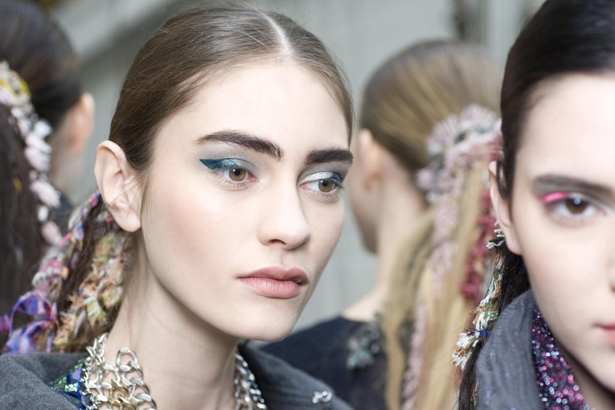 Per Chanel si trasforma in un arcobaleno di colori che vanno dal rosa all'arancio, fino al verde e al rosso