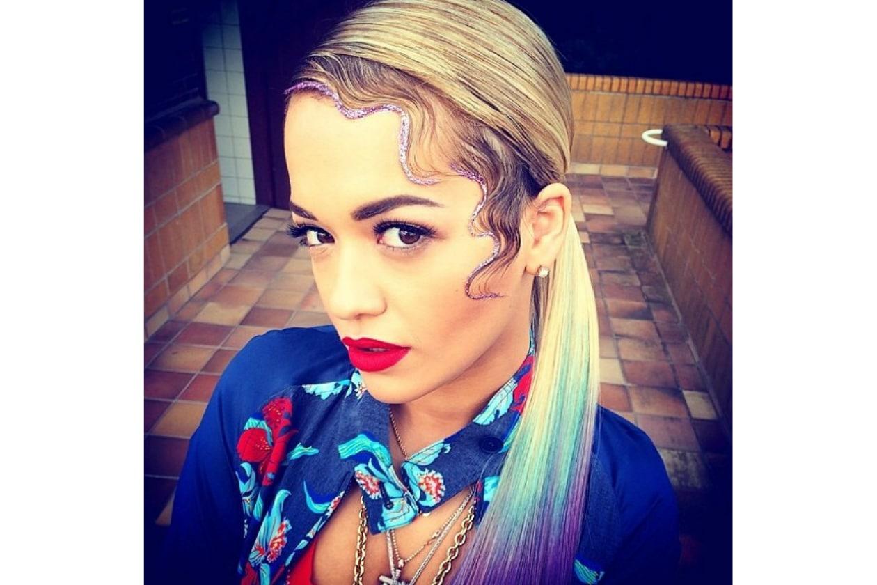 Rita Ora: capelli biondi sì ma con un tocco di arcobaleno