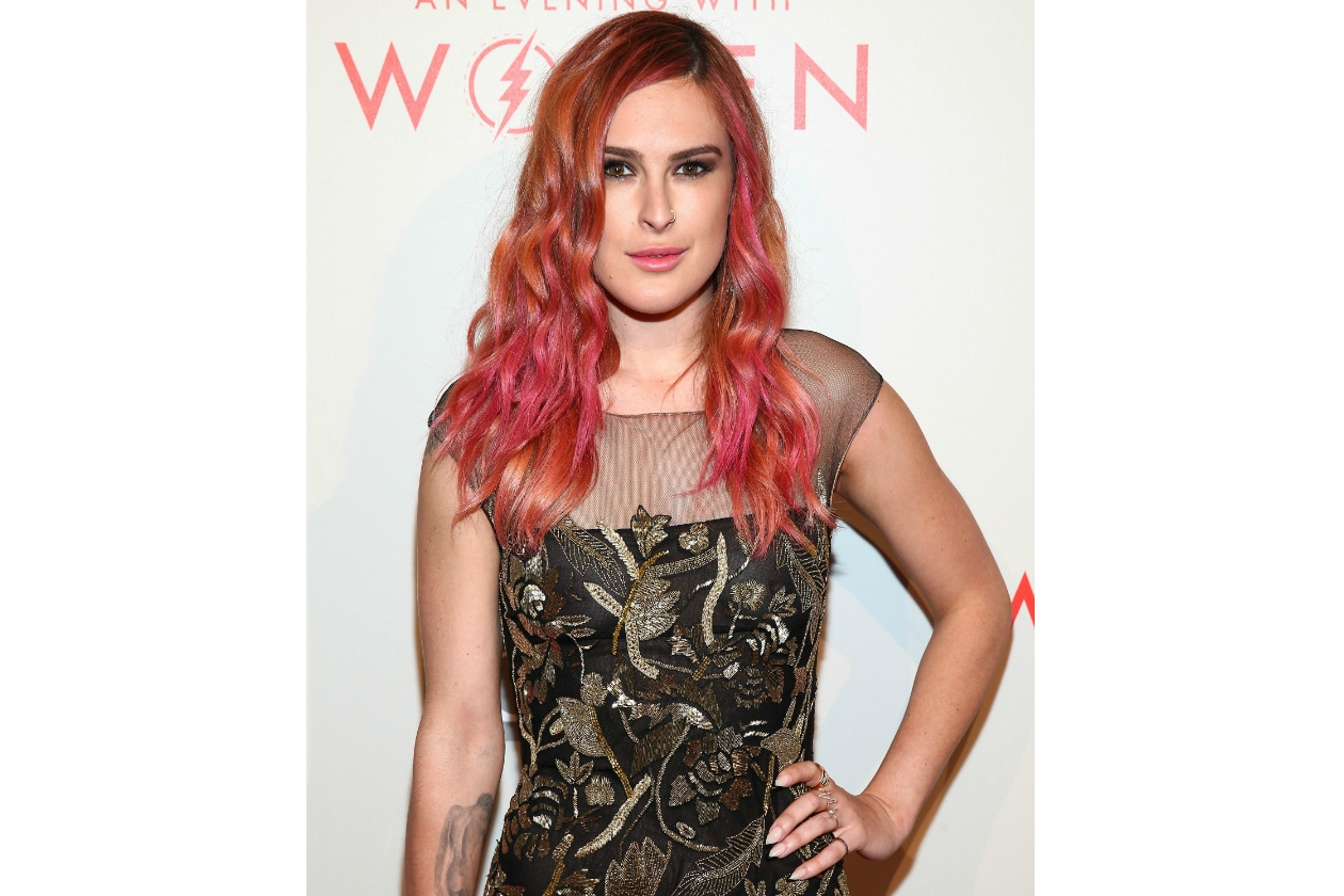 Rumer Willis capelli: beach waves in fucsia e arancio