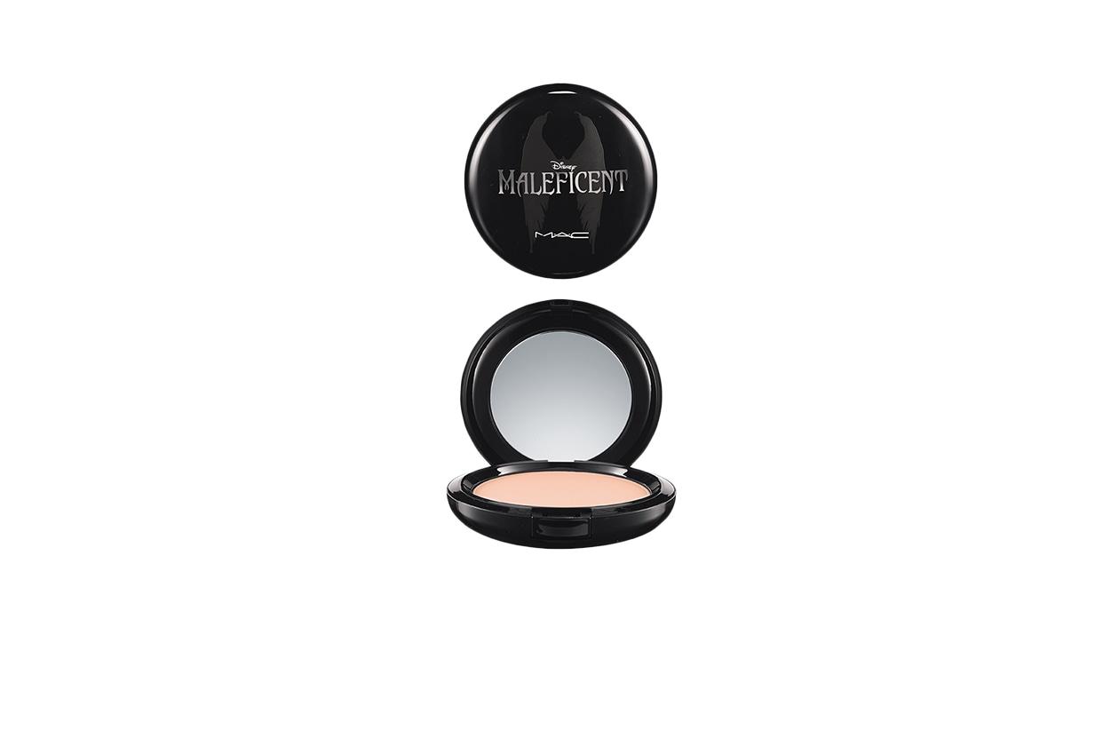 Un pezzo da collezione la MAC Maleficent Beauty Powder in Natural: può essere applicato come un illuminante o come finitura per tutto il viso
