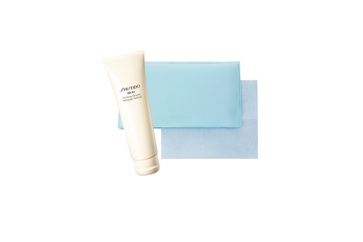 Una soluzione easy: le cartine assorbenti Pureness Oil Control Blothing Paper di Shiseido. Per la detersione c'è il Purifying Cleanser Ibuki