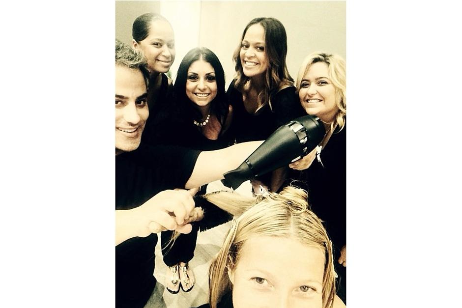 Gwyneth Paltrow: «blo-wn away by the warm welcome and talented team @bloheartsyou (impressionata dal caloroso benvenuto e dal talentuoso team)»
