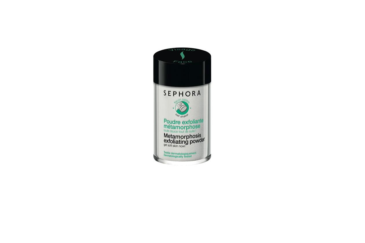 Anche la Polvere esfoliante metamorfosi di Sephora offre una duplice azione esfoliante per levigare la grana cutanea, illuminare l'incarnato e rendere la pelle istantaneamente più morbida