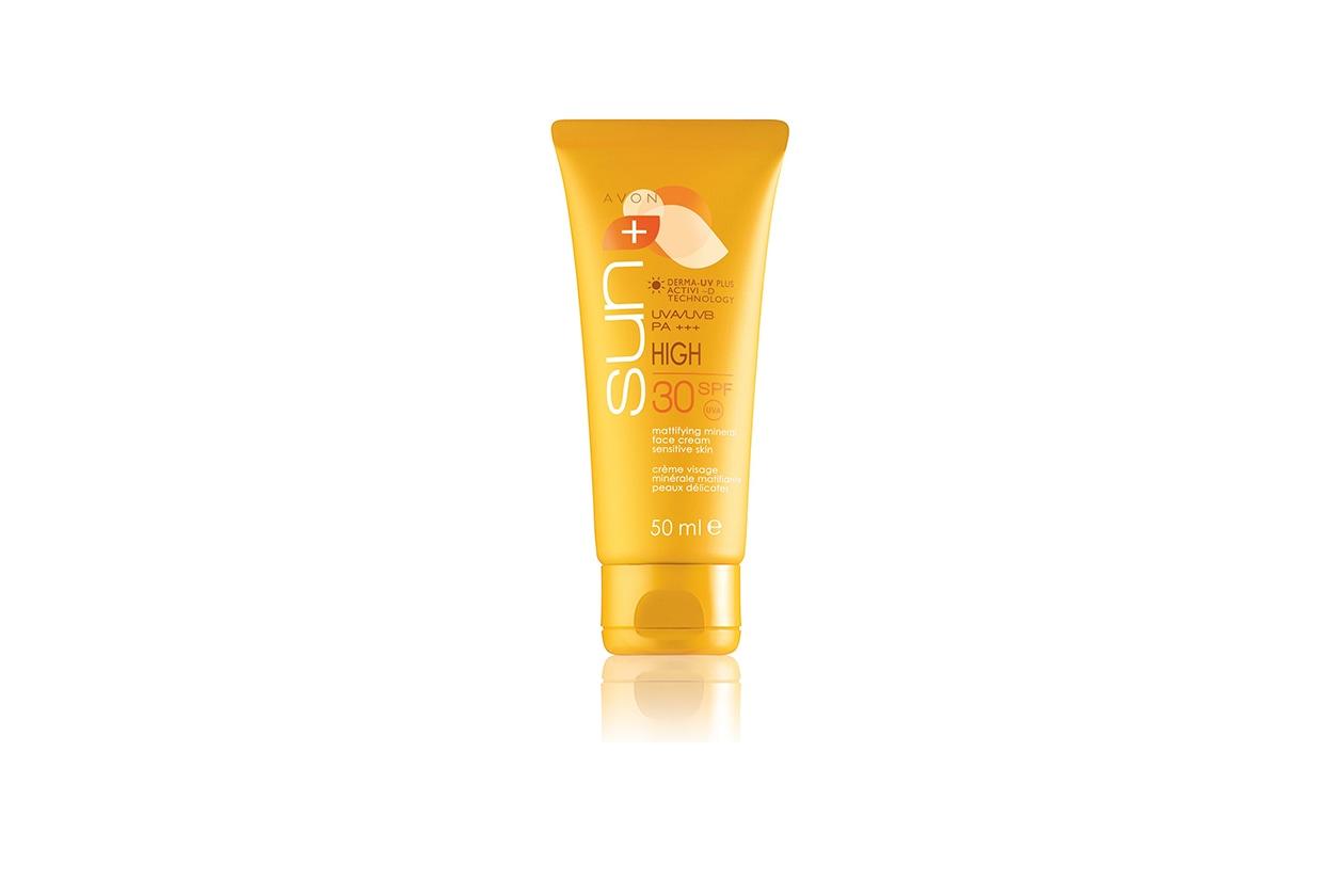 Finish opaco anche con la Crema opacizzante minerale viso SpF30 per pelli sensibili di Avon