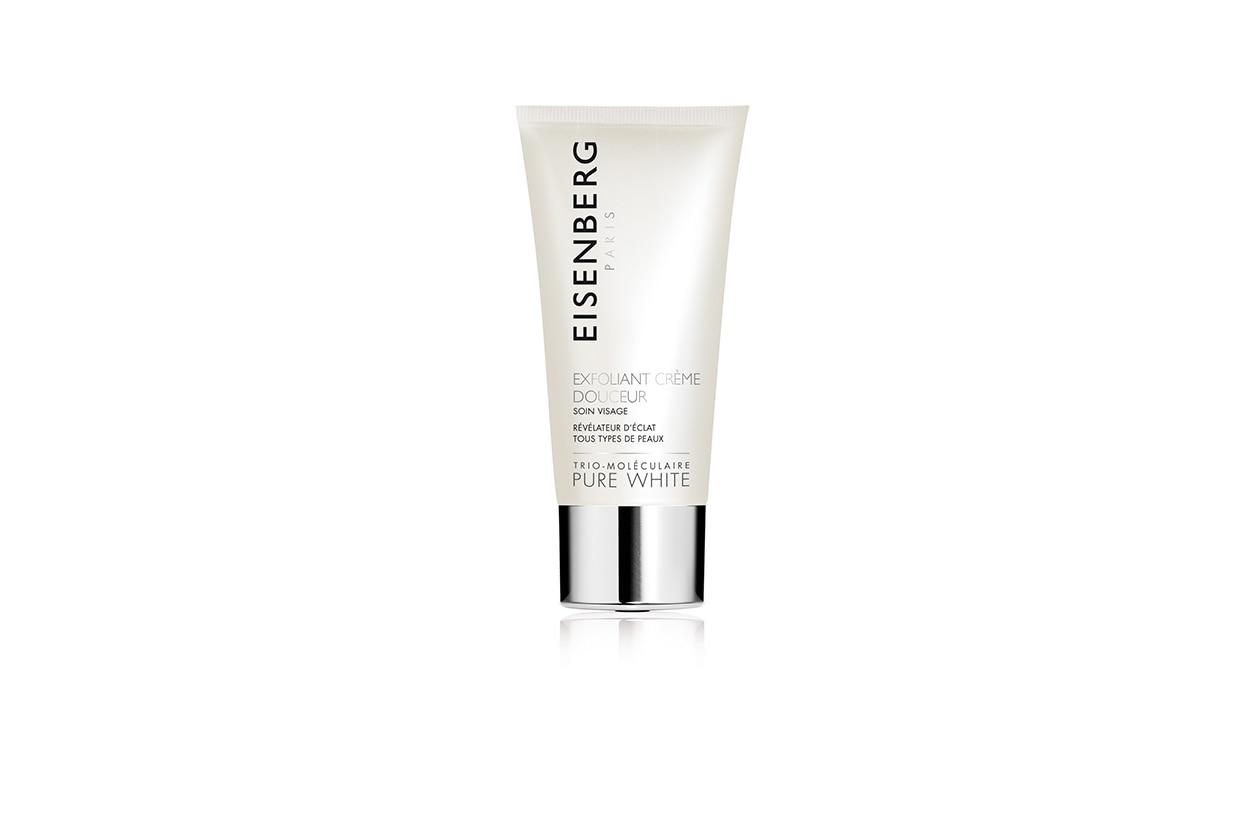 La Crema esfoliante delicata della linea Pure White di Eisenberg rivela un incarnato più luminoso grazie all'Estratto Floreale di Bellis Perennis e alla Vitamina C