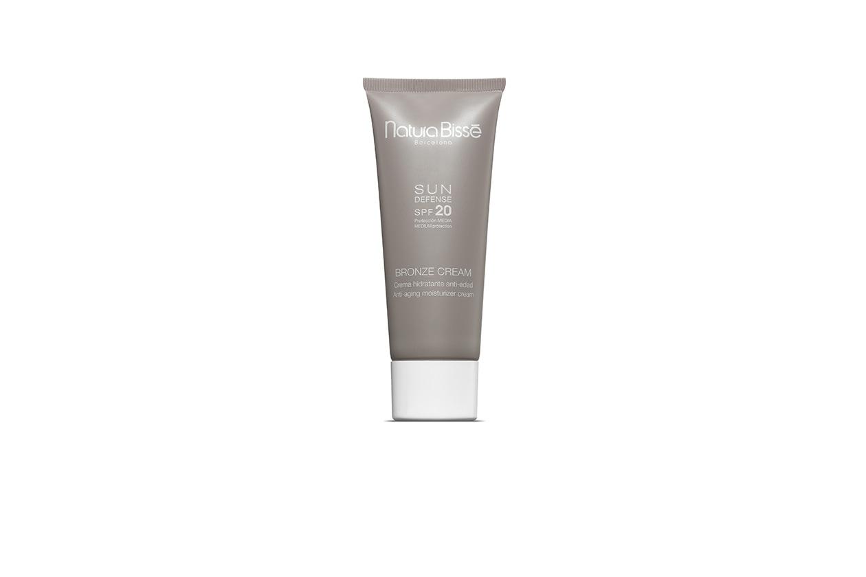 La Crema idratante anti età SPF 20 di Natura Bissè può essere utilizzata quotidianamente anche come emulsione idratante e rassodante
