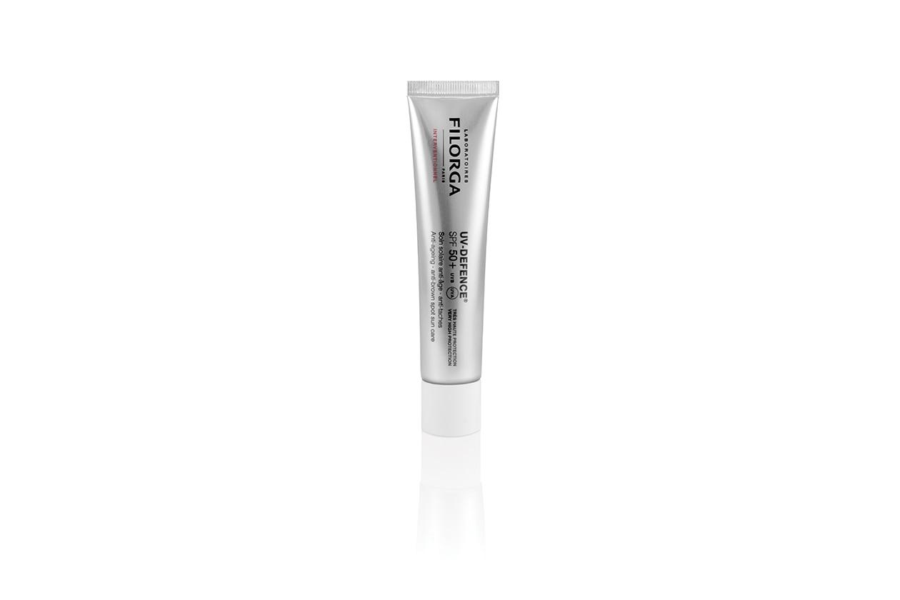 La Crema solare per il viso anti aging e anti macchia SPF 50 + di Filorga è a base di Acido ialuronico, estratto di alga bruna, dall'azione calmante, vitamina E ed estratto di luppolo