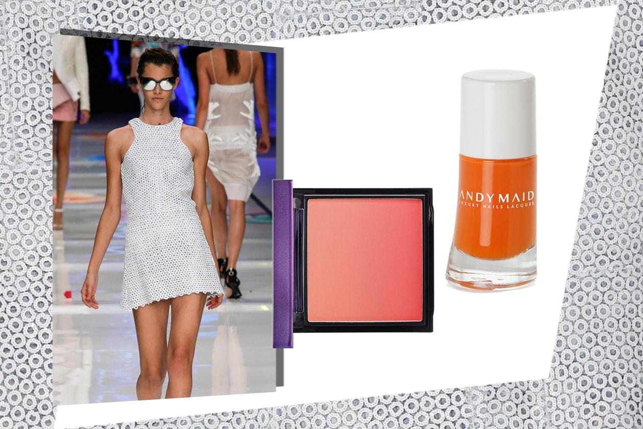 MINI: lunghezze ridotte al minimo per il vestito total white di Just Cavalli. Il trucco punta tutto sui colori corallo e arancione (MAC Cosmetics – Andy Maid)