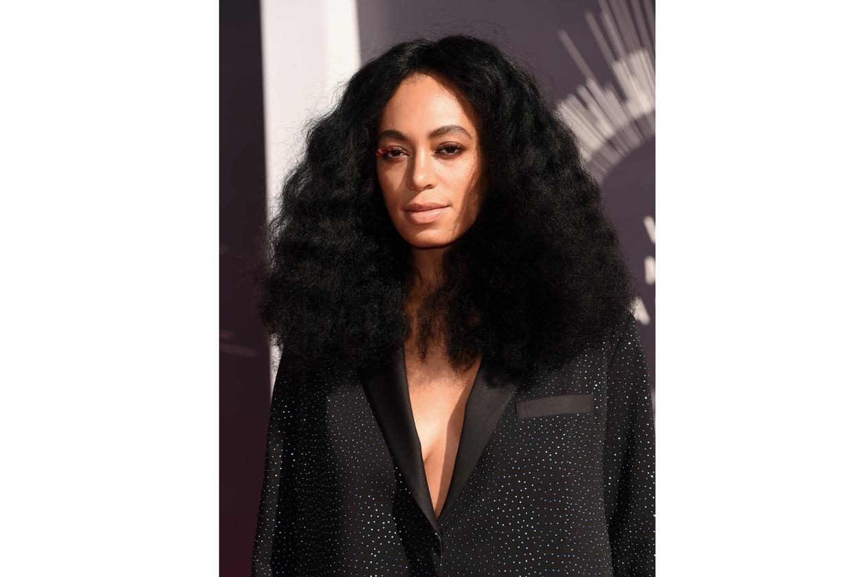 SOLANGE KNOWLES: ciglia finte colorate e capelli afro-chic
