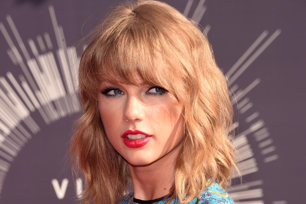 TAYLOR SWIFT: rossetto rosso da red carpet