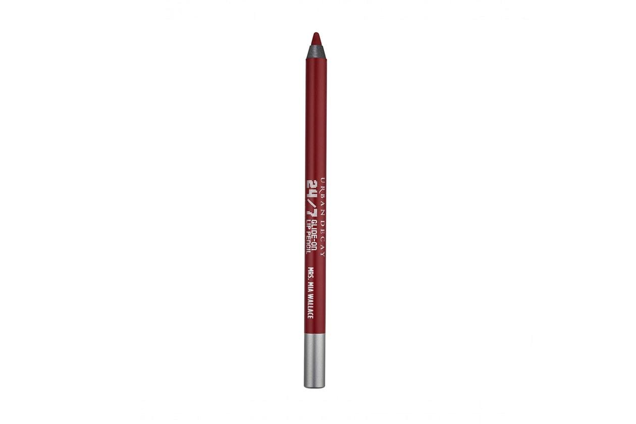 A evidenziare il contorno della labbra ci pensa il 24/7 Glide Lip Pencil Mrs Mia Wallace di Urban Decay per un disegno impeccabile
