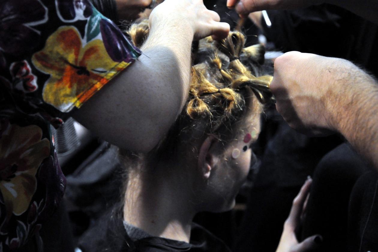 . «Abbiamo deciso di giocare con i capelli – racconta Pecis – creando una serie di twist e intrecciando le lunghezze su loro stesse ma senza dare un ordine preciso»