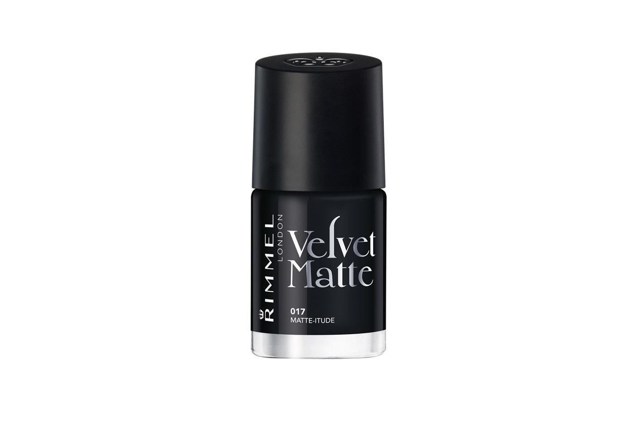 Il Velvet Matte 017 in Matte-itude di Rimmel London ha una formula che da glossy si trasforma in opaca una volta stesa sulle mani, senza necessità di top coat