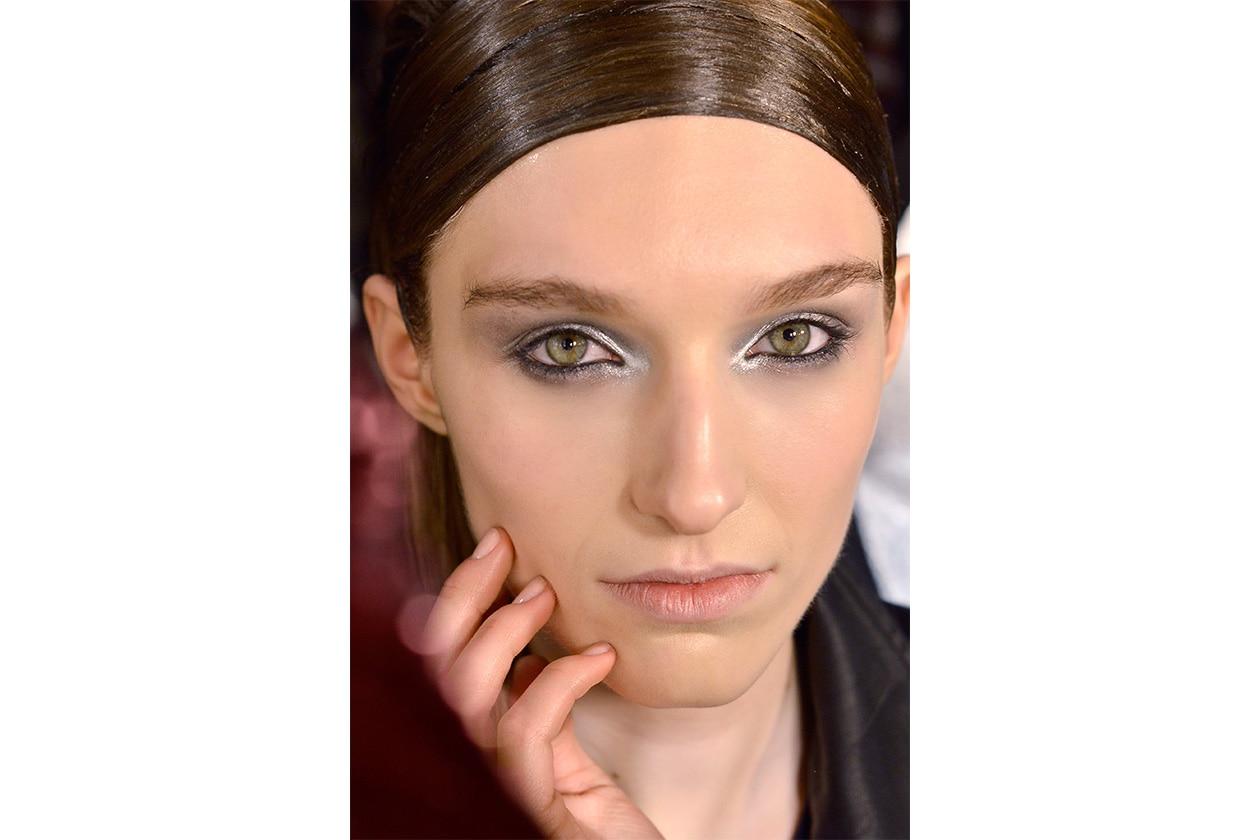 Il focus è sugli occhi, mentre la manicure è discreta (Donna Karan)