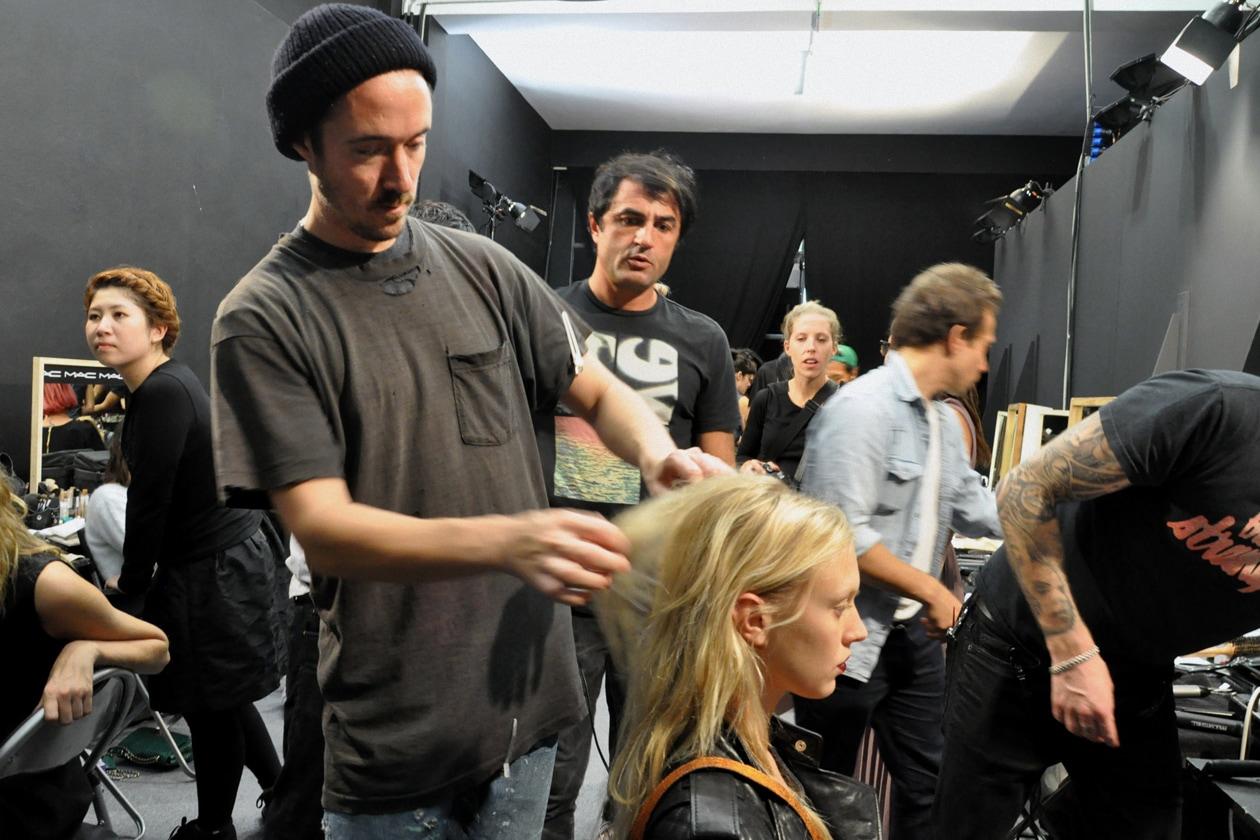 L'hair styling porta la firma di Paul Hanlon