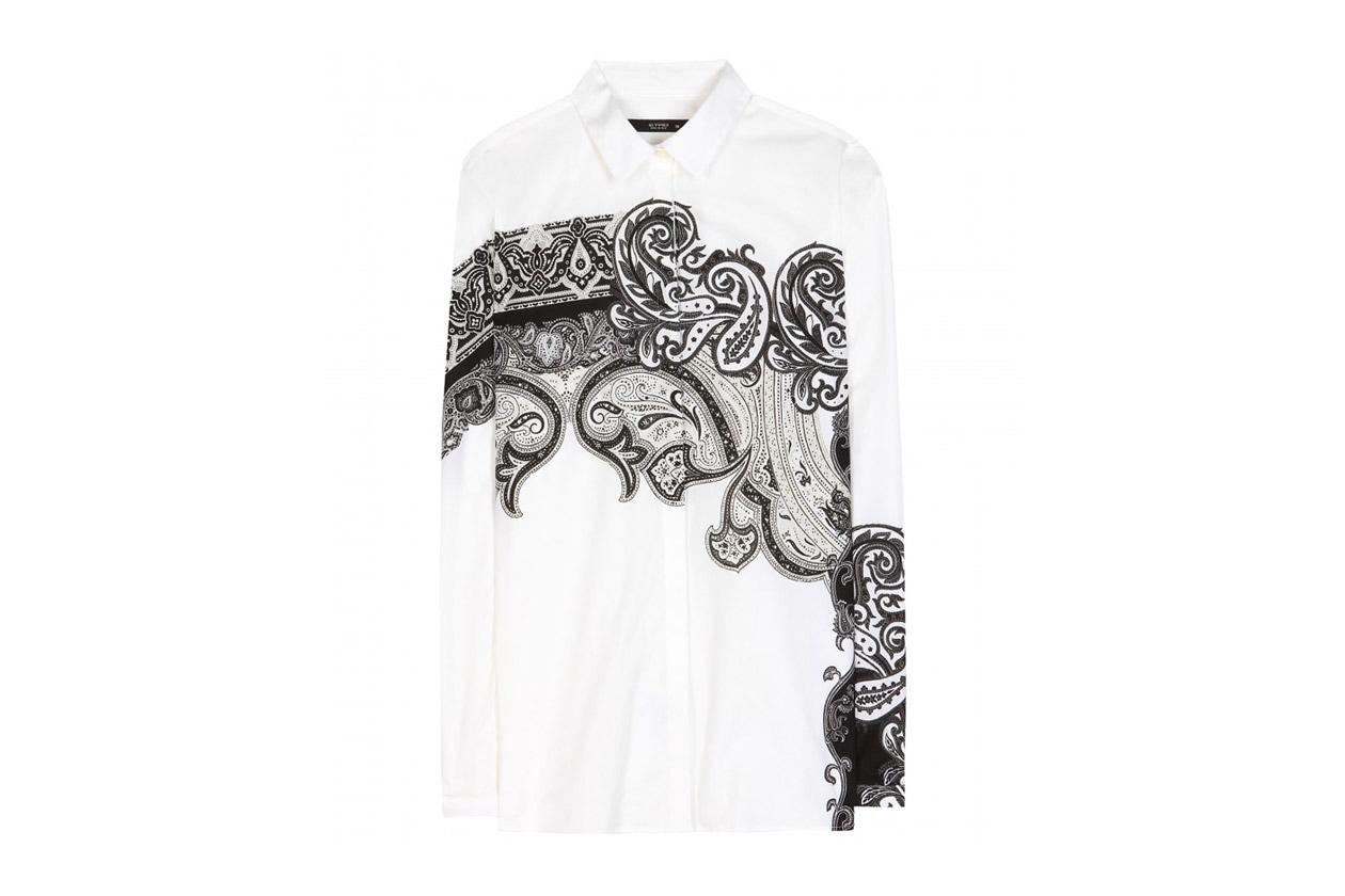 La camicia in cotone stampato è di Etro