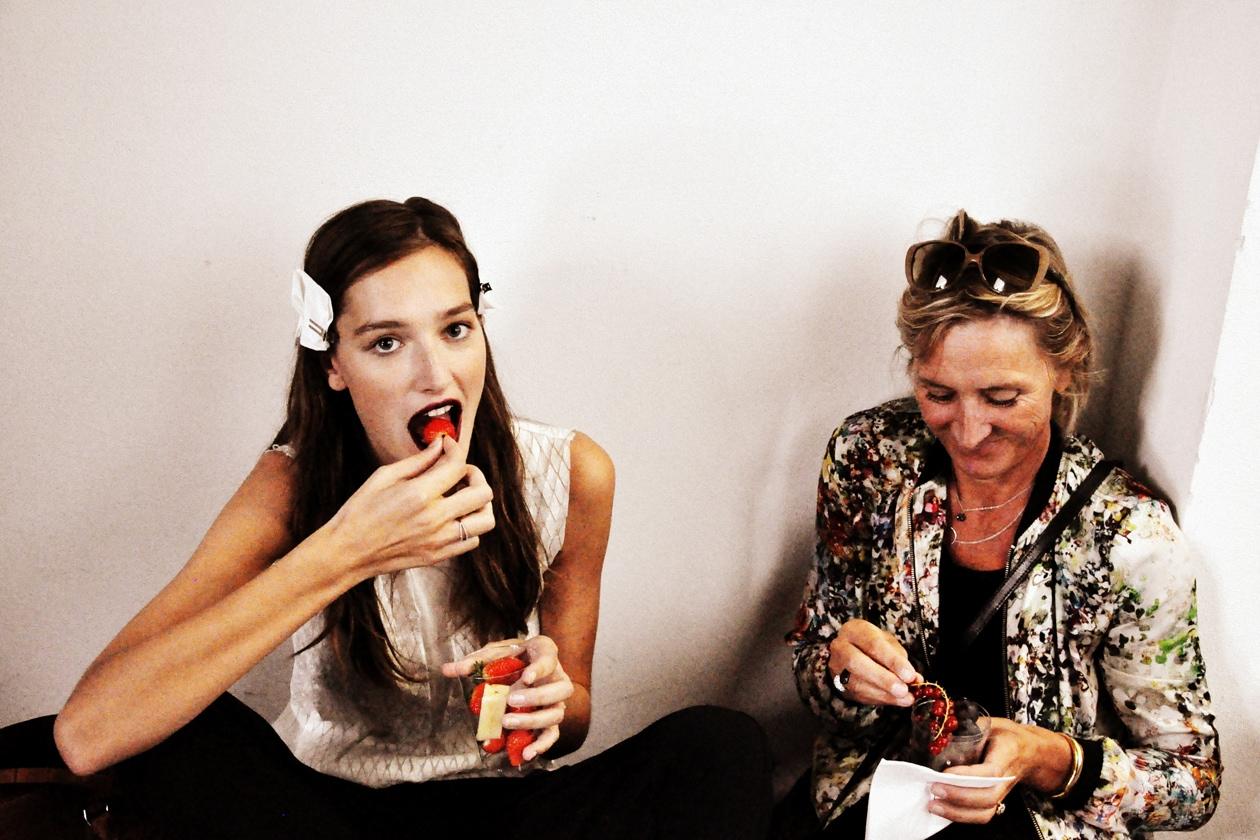 La modella Josephine Le Tutour con la mamma durante una pausa nel backstage
