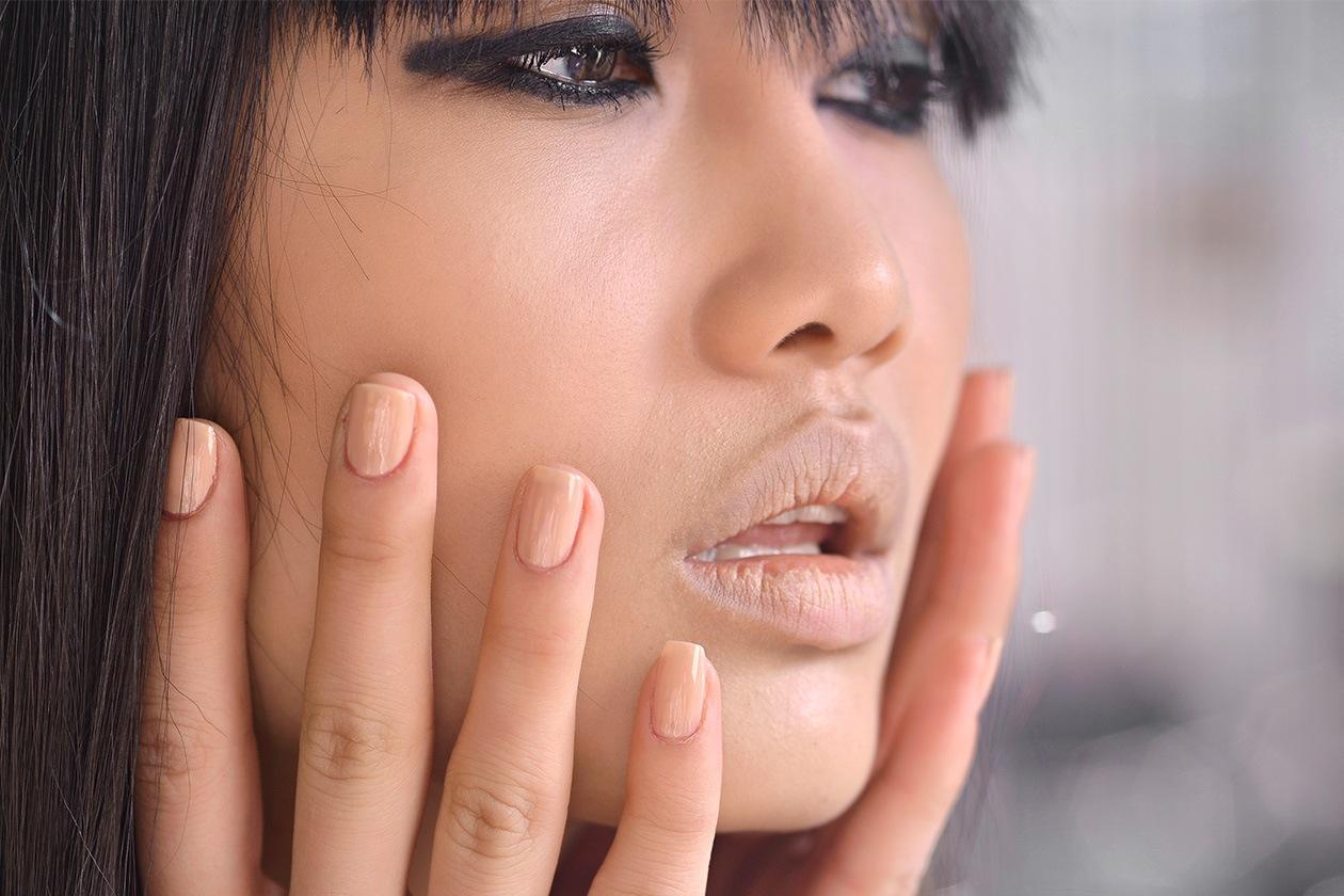 Le unghie sono abbinate al rossetto (John Richmond)
