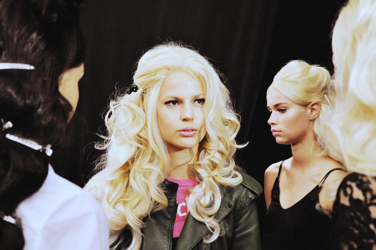 Lunghezze esagerate per i capelli delle modelle di Moschino