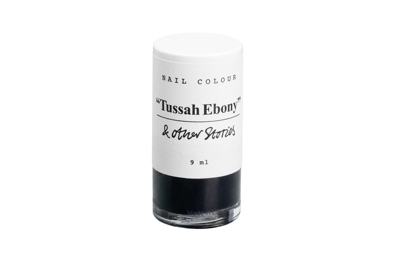 Nail Colour in Tussah Ebony di &Other Stories sulle unghie per replicare la manicure della protagonista