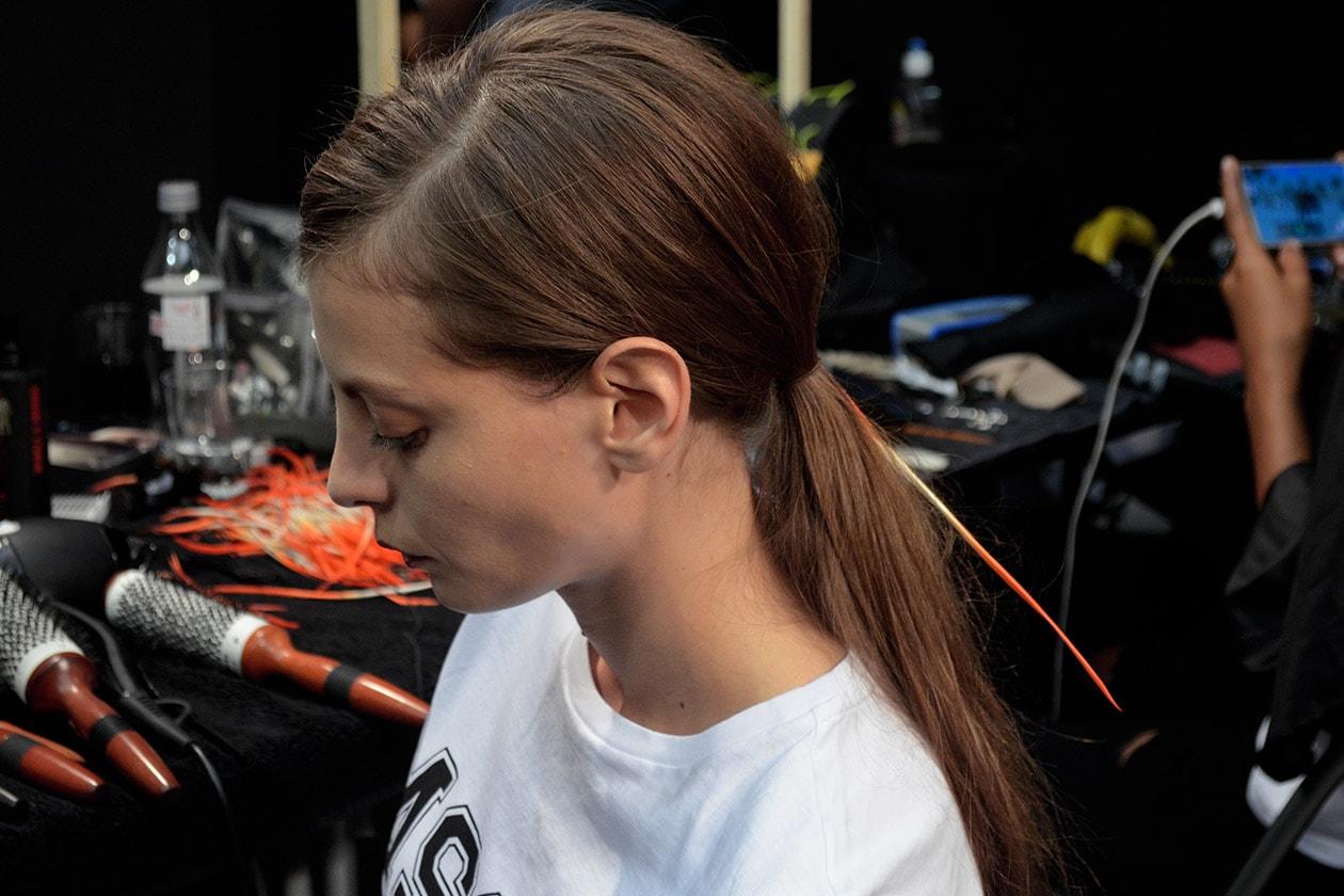 Nella coda delle modelle è stato inserito un filo arancione nel colore predominante della collezione